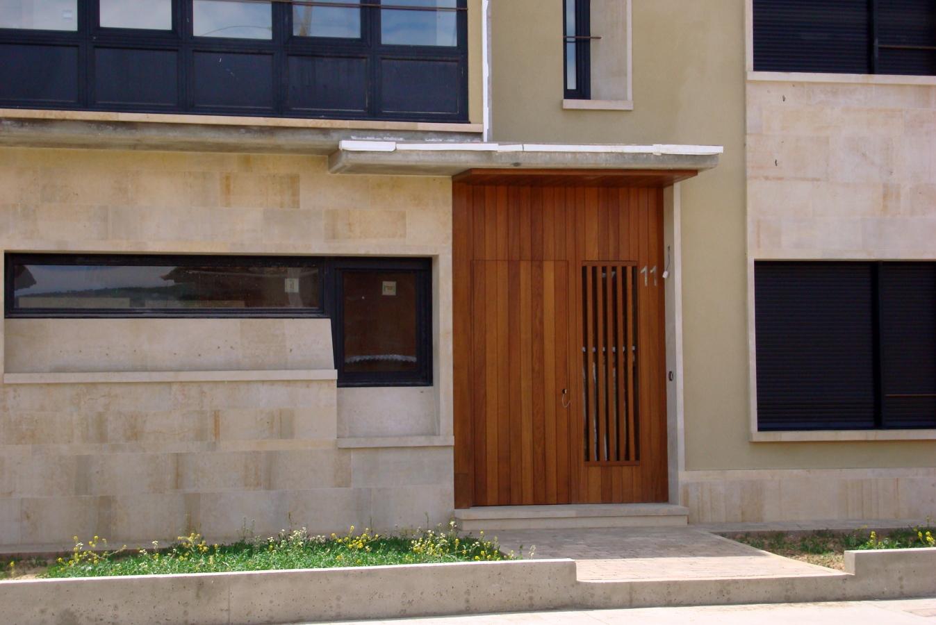 Foto puerta entrada vivienda en madera de carpinter a for Aislar puerta entrada
