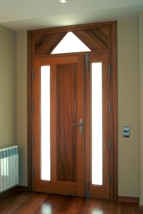 Foto puerta entrada de dumo fusteria s l 262261 for Puerta xor de tres entradas
