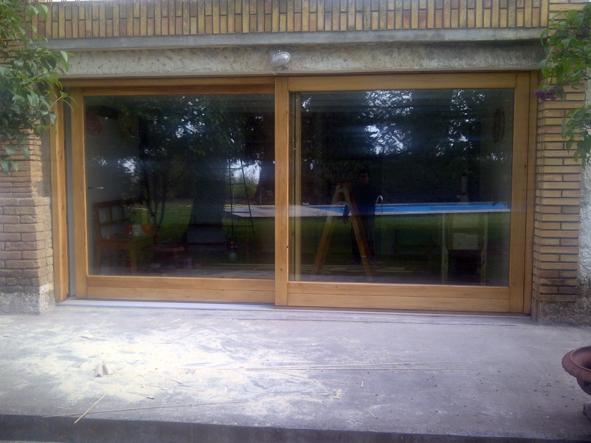 Foto puerta exterior corredera en madera de faymo center - Puerta corredera exterior ...