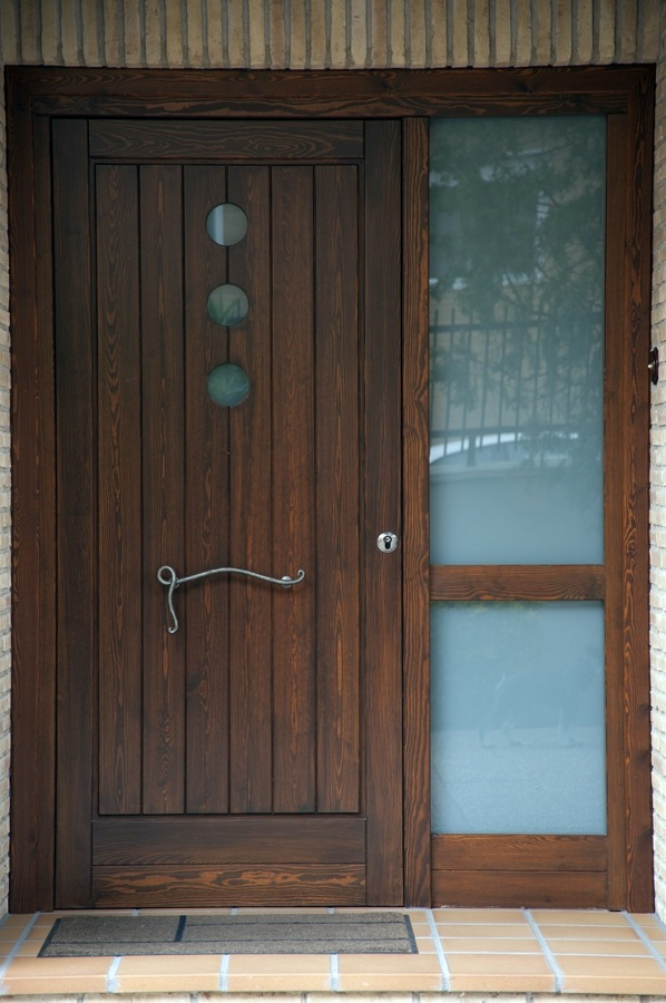 Foto puerta exterior de madera maciza de carpinter a jos for Como reciclar puertas de madera