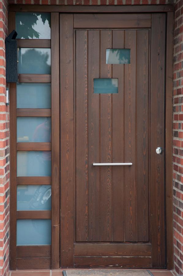 Casas cocinas mueble puerta exterior madera for Puertas madera exterior precios