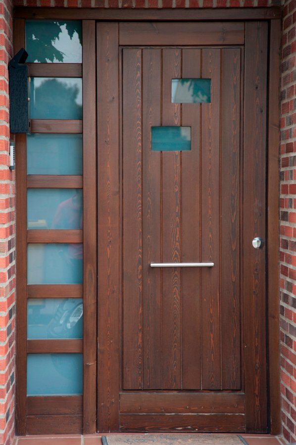 Casas cocinas mueble puerta exterior madera for Puertas de exterior con cristal