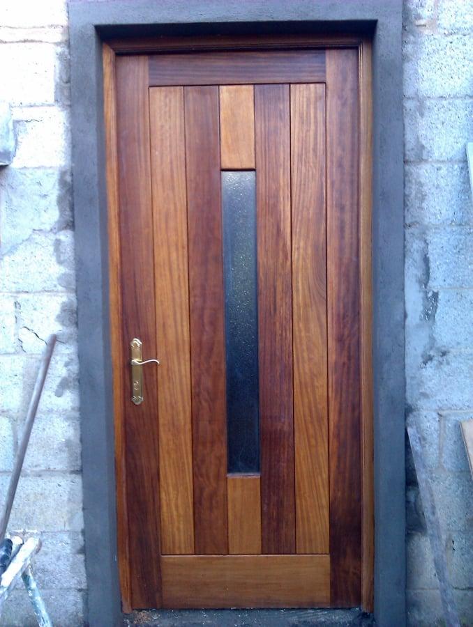 Foto puerta exterior en madera de iroko de carpinter a for Puertas en madera para exteriores