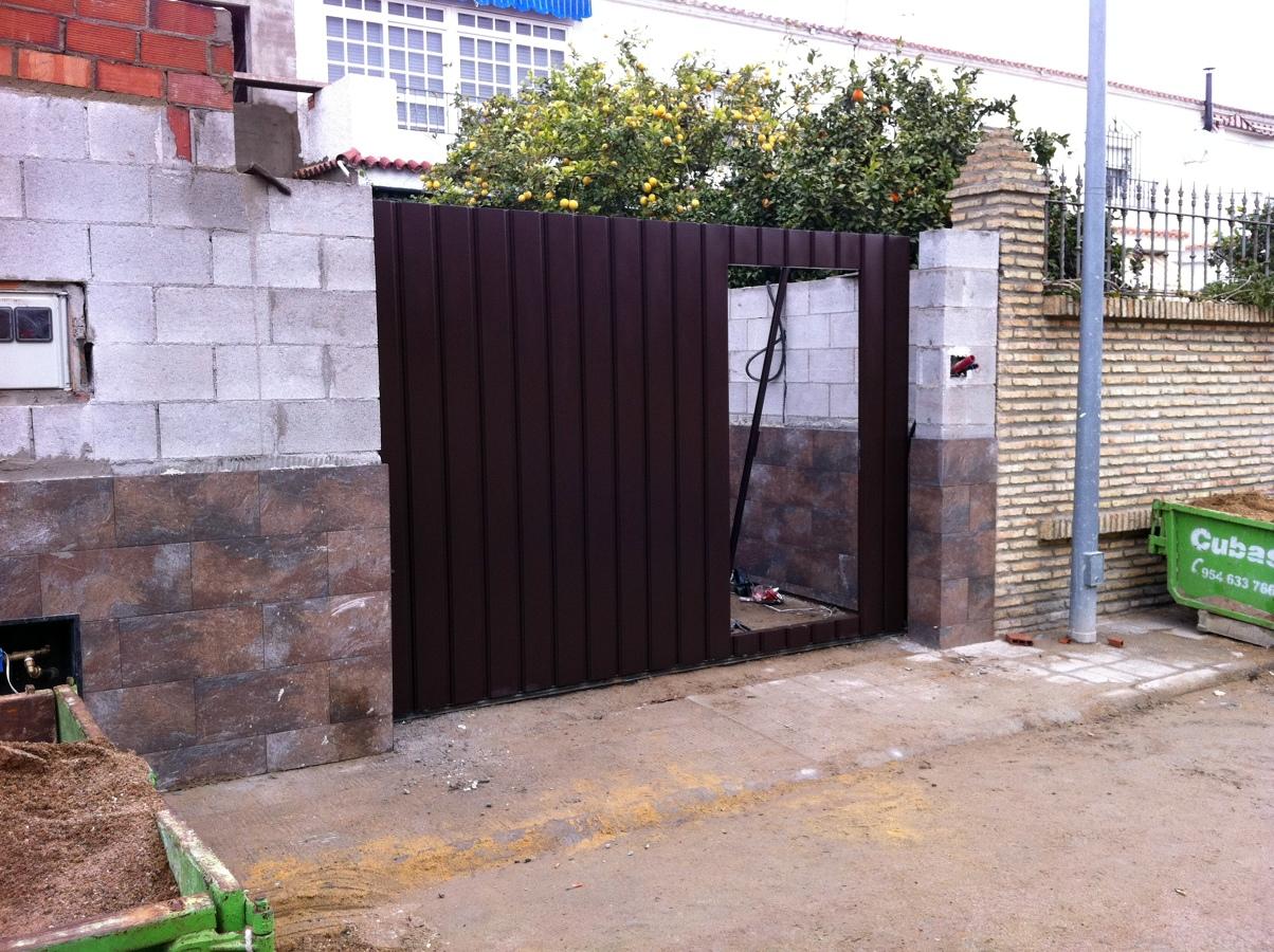Foto puerta garaje corredera imitacion madera de for Puerta garaje metalica