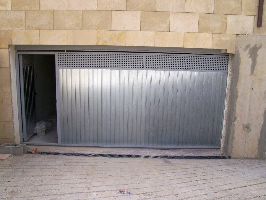 Foto puerta garaje corredera de andreu grupo integrado s for Herrajes puertas correderas garaje