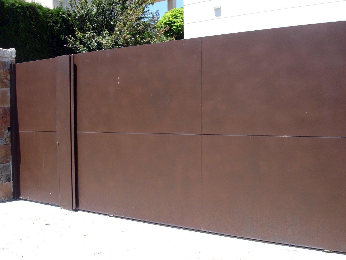 Foto puerta garaje mecanizada de cerrajeriasdoje s l for Puerta zaguan aluminio