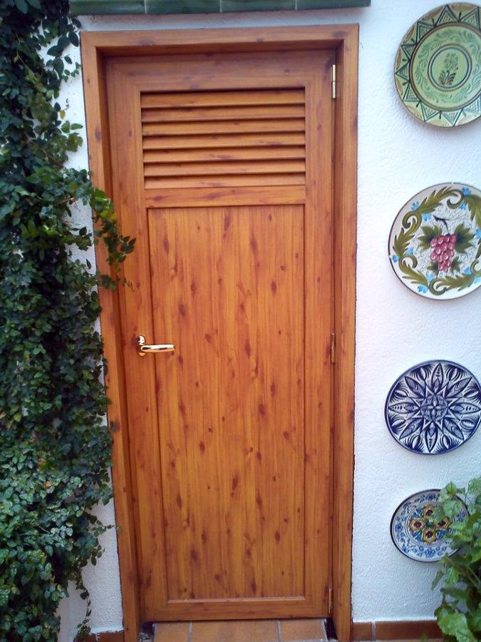 Foto puerta imitaci n madera para trastero de aluminios j for Madera para puertas exteriores