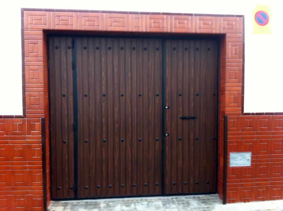 Foto puerta imitacion madera de perez estructuras for Fotos puertas metalicas