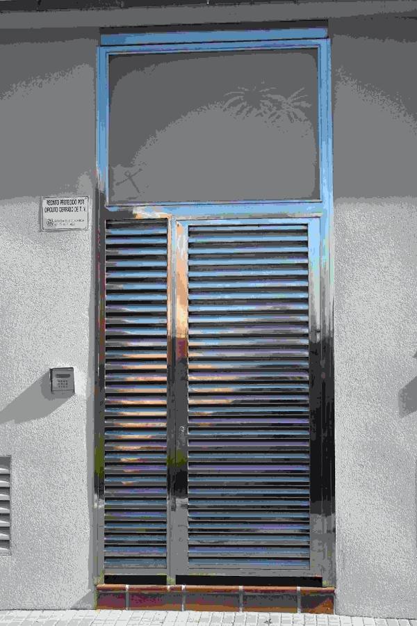 Puerta inoxidable 316 con lamas y cristalera.