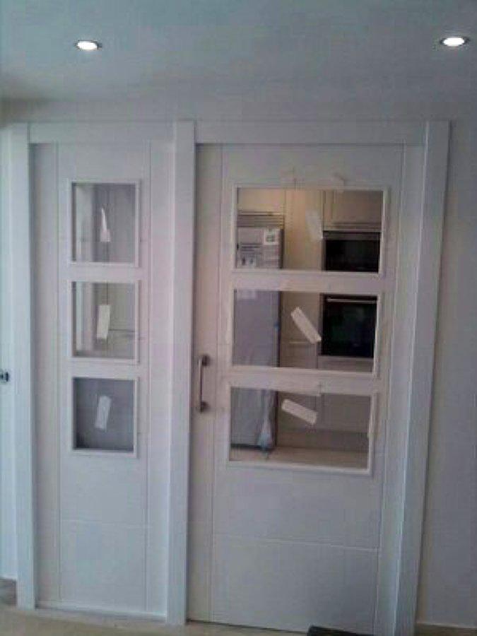 puerta lacada de  corredera con fijo