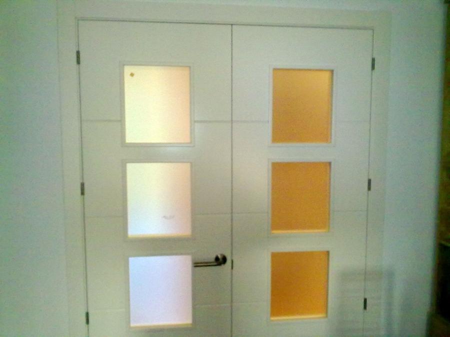 Foto puerta lacada en blanco de dos hojas con entrecalles - Puertas con cristales de colores ...