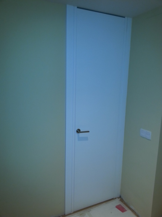 Puerta lacada en blanco hasta el techo