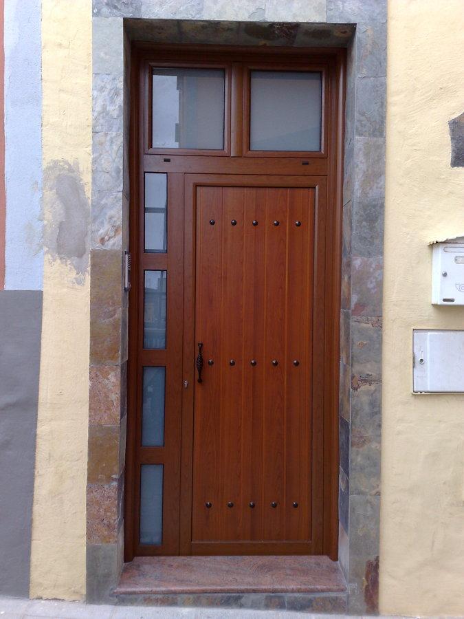 Foto Puerta Con Fijos Lateral Y Superior En Color Madera