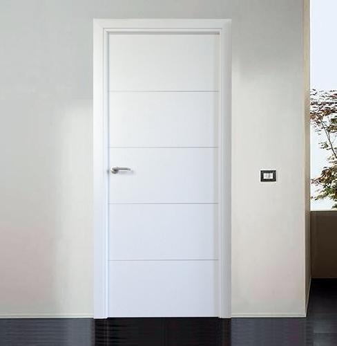 Foto puerta mod basic blanca con grecas aluminio de for Puertas de madera blancas para exterior