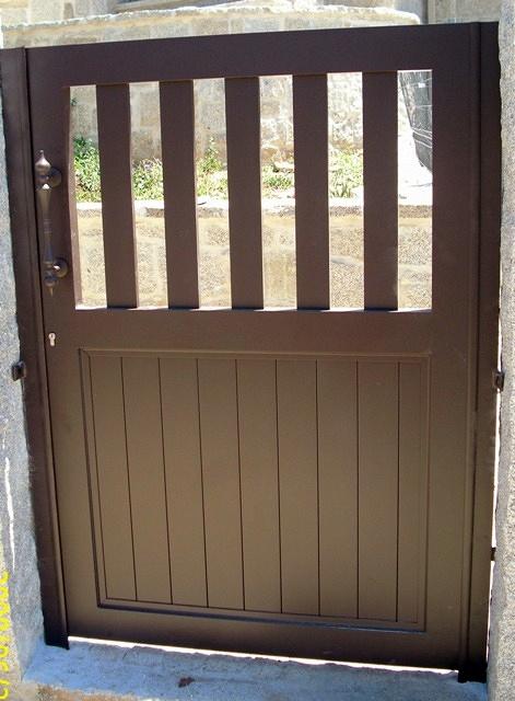 Foto puerta peatonal exterior en aluminio de for Puertas de jardin de aluminio