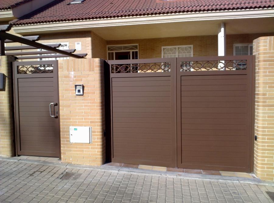 Foto puerta peatonal y batiente de dos hojas aluminio for Puertas jardin aluminio