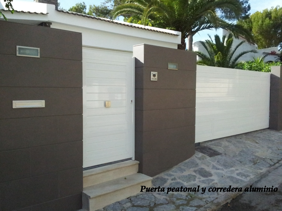 Foto puerta peatonal y corredera entrada a jardin de for Puertas jardin aluminio