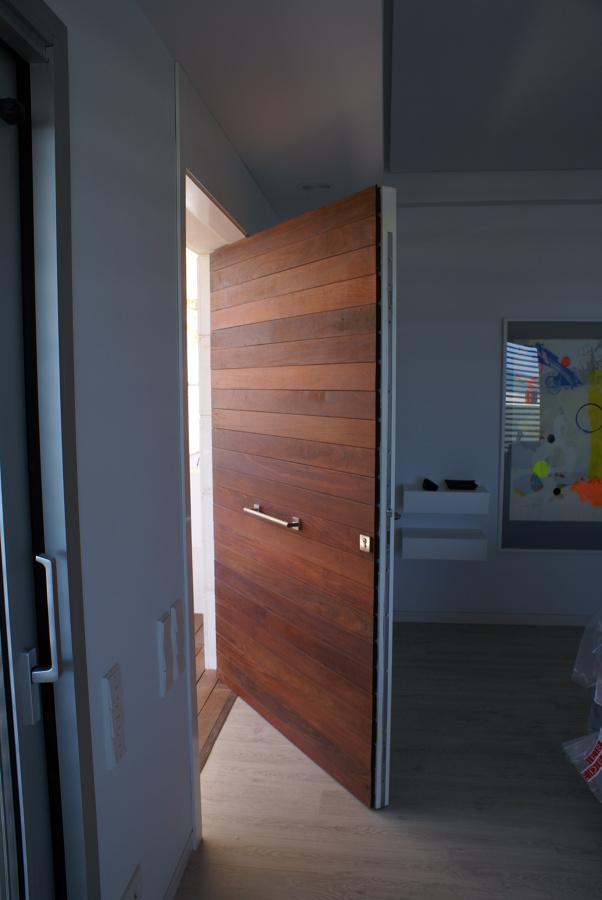 Foto puerta pivotante eje desplazado de neofusta 466424 for Puertas pivotantes madera