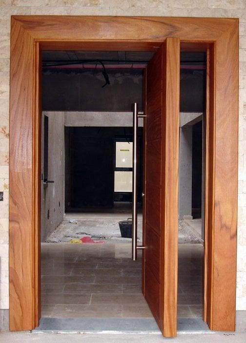 Foto puerta pivotante exc ntrica de dopema 2005 sl for Como hacer una puerta con machimbre