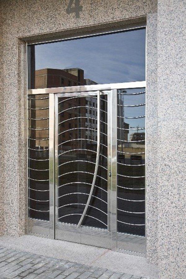 Foto puerta principal en acero inoxidable de forja y for Puertas de acero inoxidable