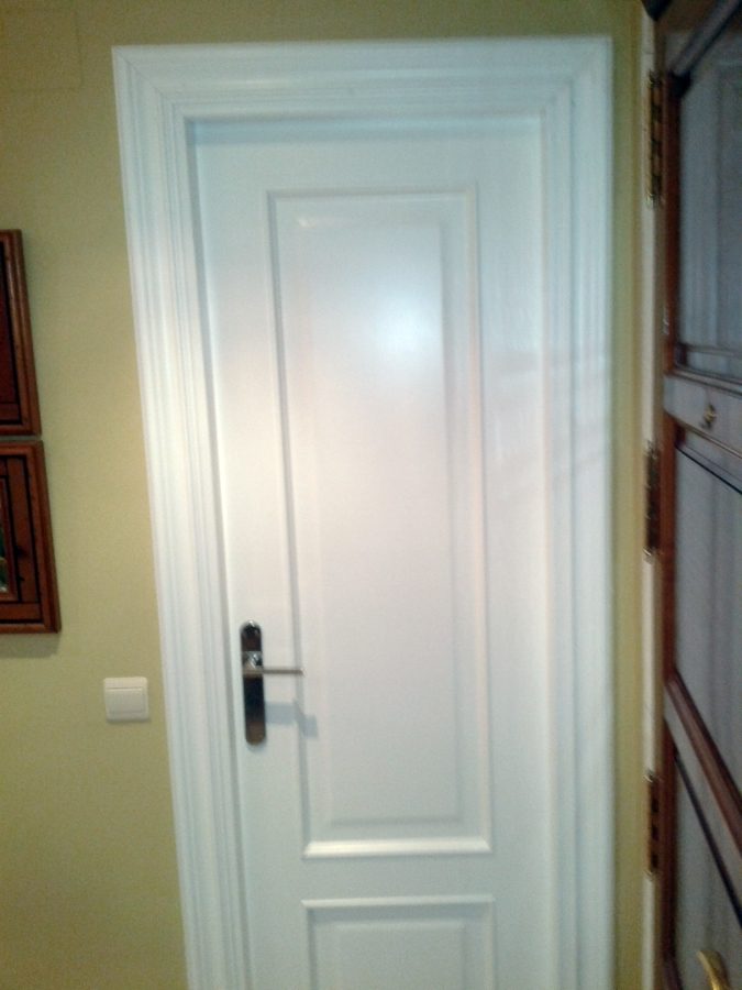 Foto puerta roble lacada blanco de ryc 421273 habitissimo for Precio puerta roble