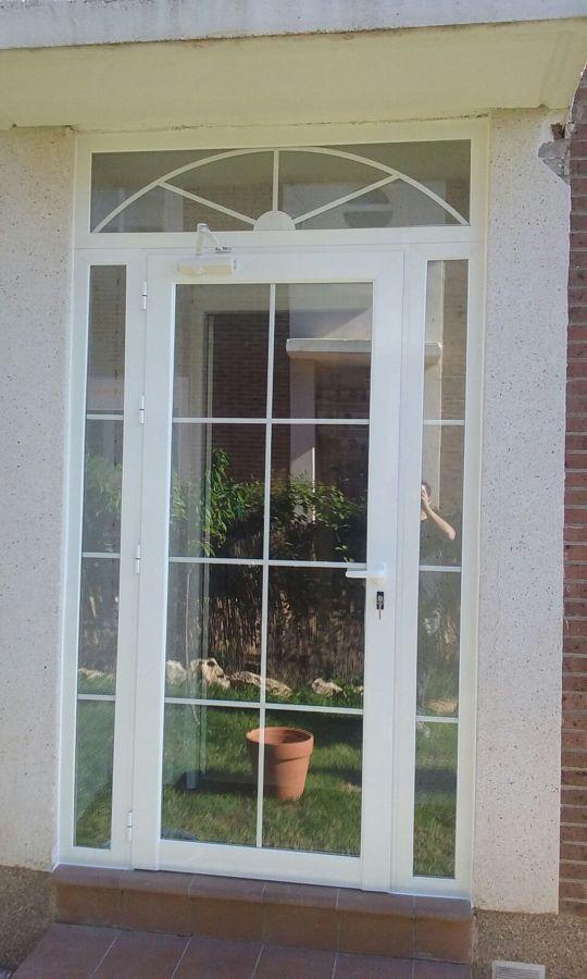 Foto puerta y fijos con barrotillos de ancar aluminio pvc for Puertas jardin aluminio