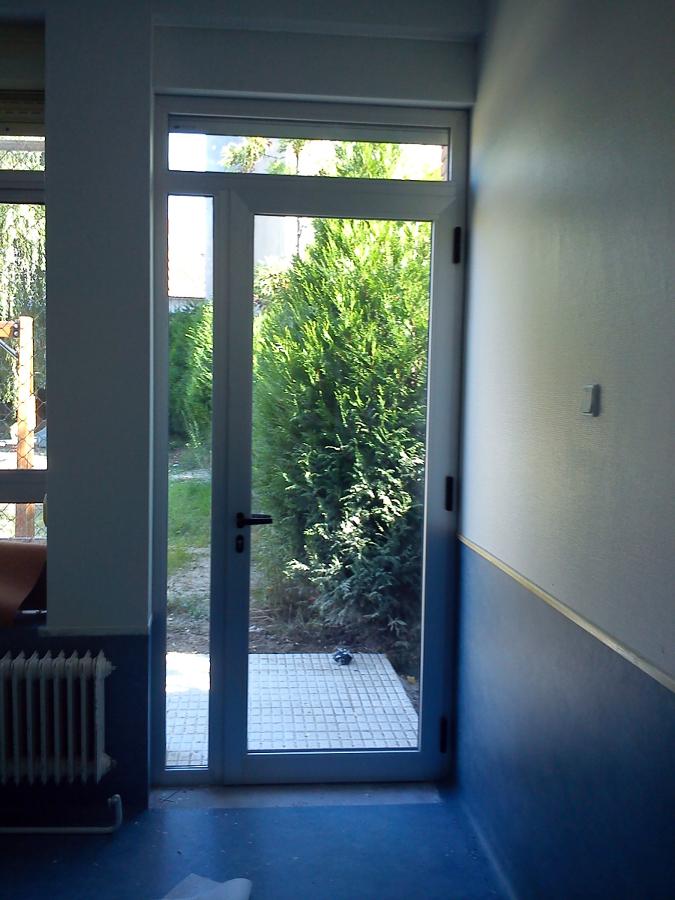 Foto puerta salida patio con persiana motorizada de for Puertas salida jardin