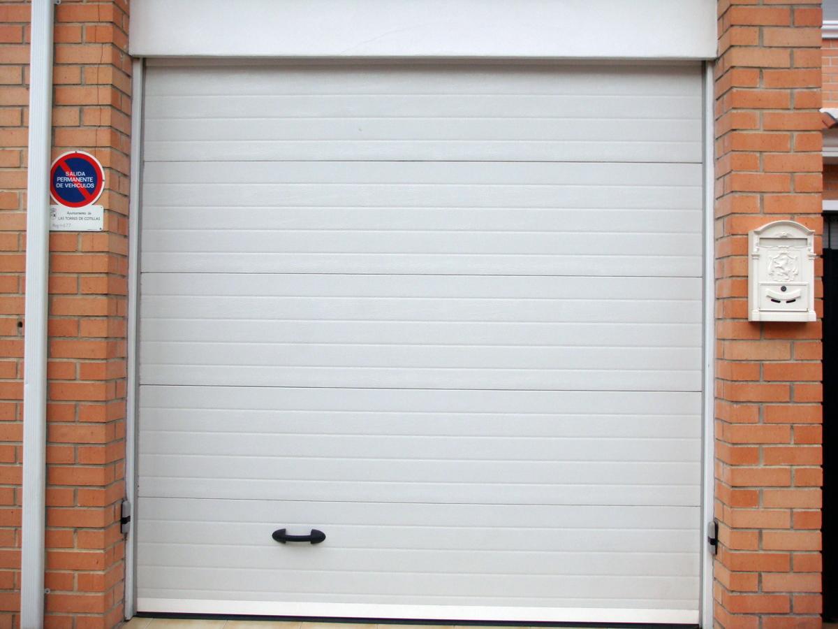 puerta seccional acabado blanco motorizada