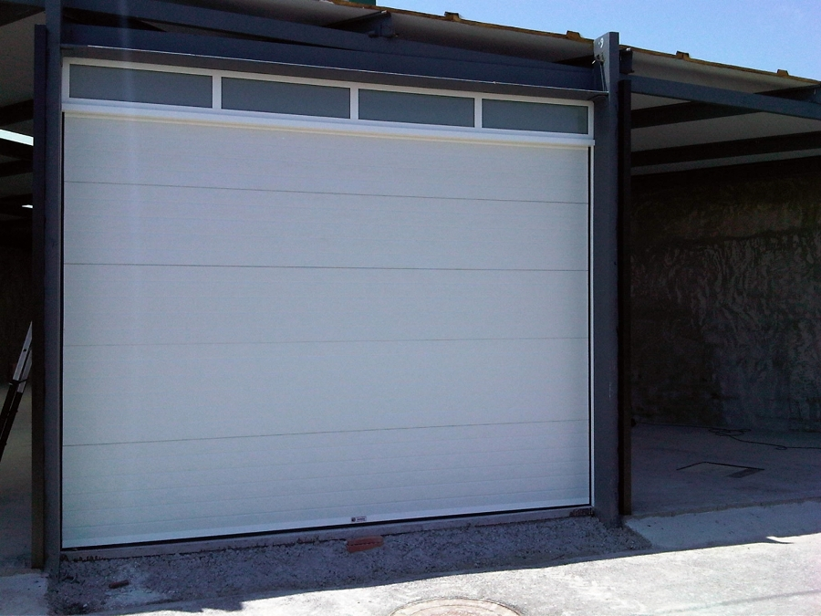 Foto puerta seccional acanalada blanca de puertas barreda for Puerta garaje seccional precio
