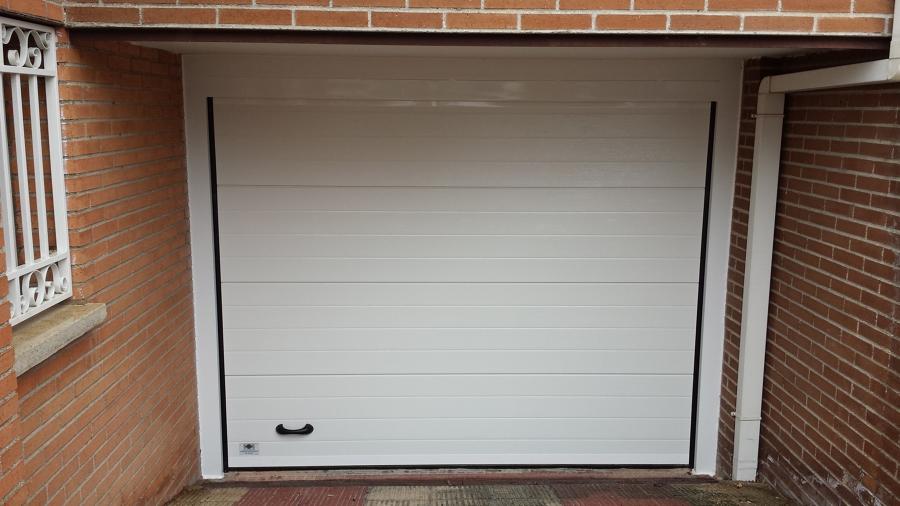 Puerta seccional acanalada blanco