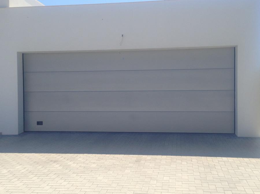 Puerta Seccional Acanalada lisa color gris
