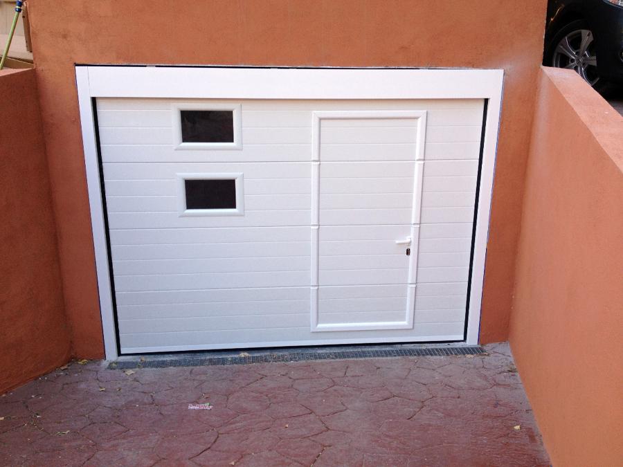 foto puerta seccional blanca con peatonal incorporada y