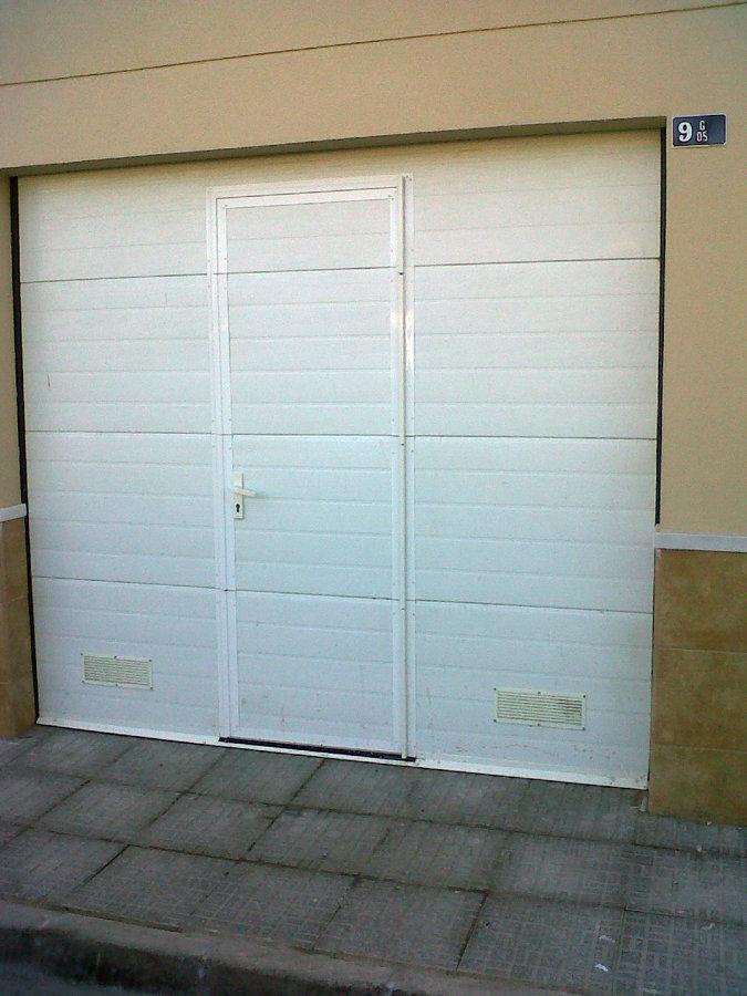 Foto puerta seccional blanca con peatonal incorporada de for Puerta garaje seccional precio