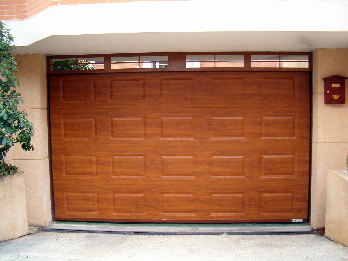 Foto puerta seccional color madera cuarterones de for Puertas de cochera automaticas