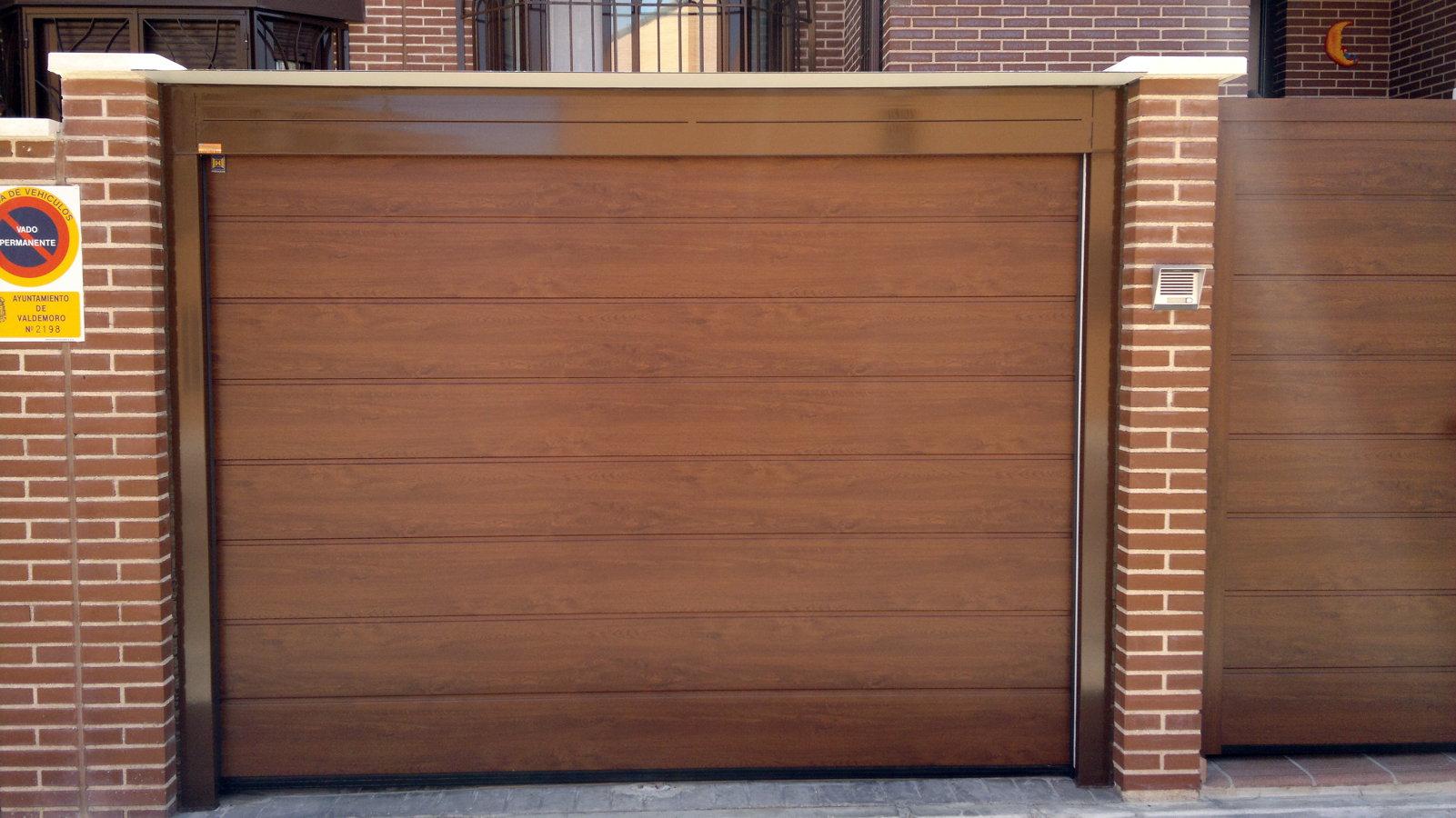 Foto puerta seccional color madera de montajes sanz for Colores de puertas de madera
