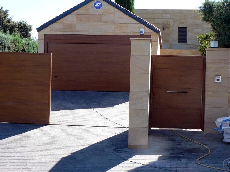 Foto puerta seccional de garaje de sistemas integrales del metal y automatismos 402982 - Puerta de garaje seccional ...