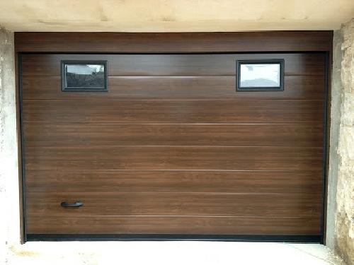Puerta seccional imitacion madera oscura