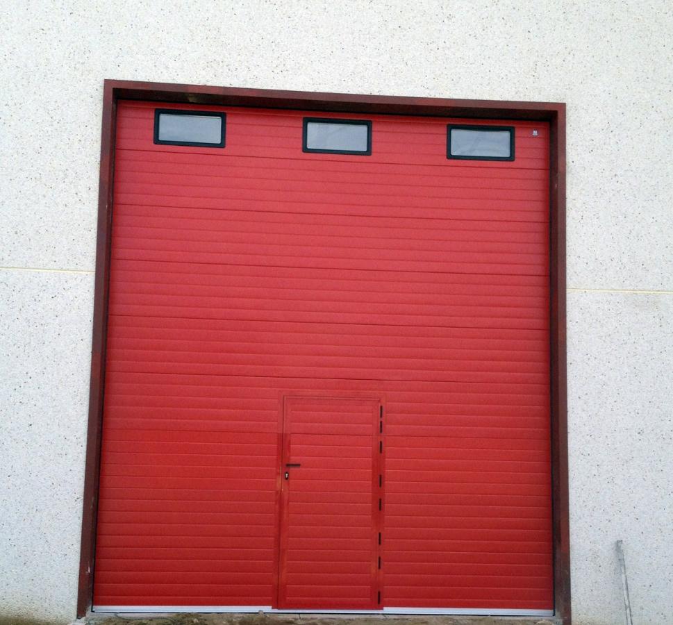 Puerta seccional industrial con peatonal incorporada