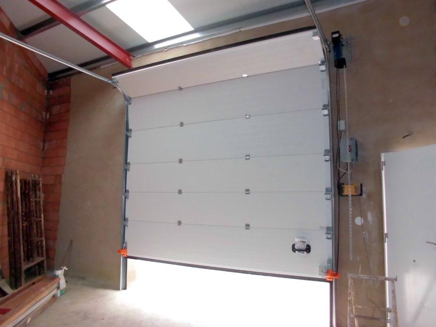 Foto puerta seccional industrial motorizaci n a eje de - Motor para puerta seccional ...