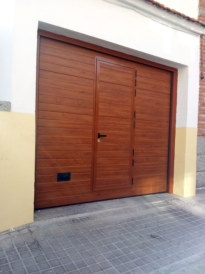 Foto puerta seccional mod imitacion madera clara de - Puertas automaticas en murcia ...