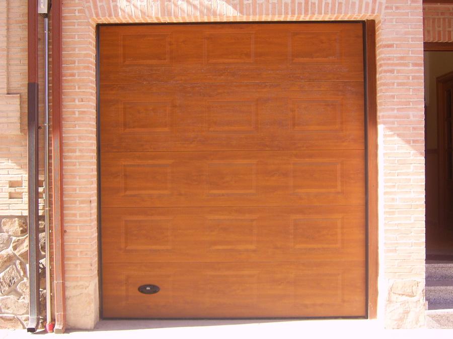 Puerta secional de cuarterones imotacion madera