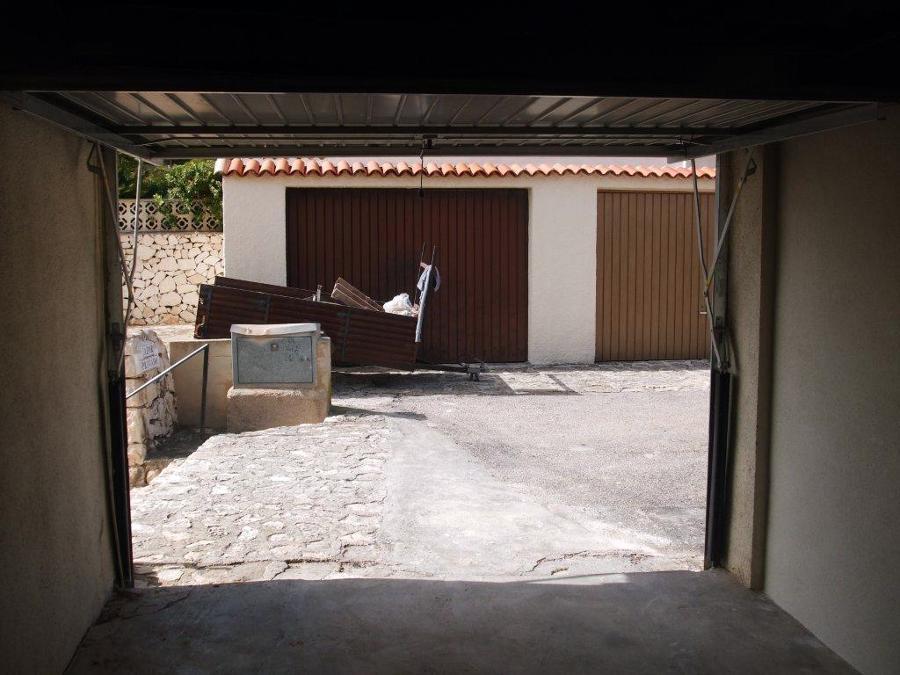 Puerta y muro en garaje privado