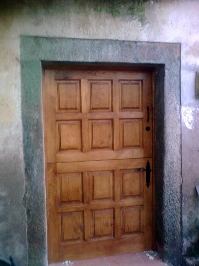 Foto puerta y postigo en casta o de carpinter a juan carlos 150669 habitissimo - Puertas de castano ...