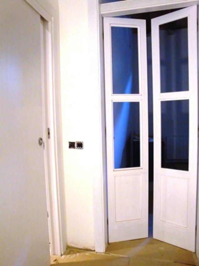 Foto puertas abatibles en dm pintado blanco con cristal - Puertas abatibles cristal ...