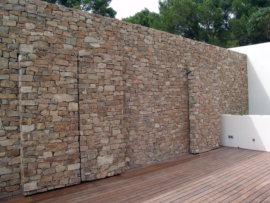Foto puertas automaticas en piedra natural de empedrats - Muros de piedra natural ...
