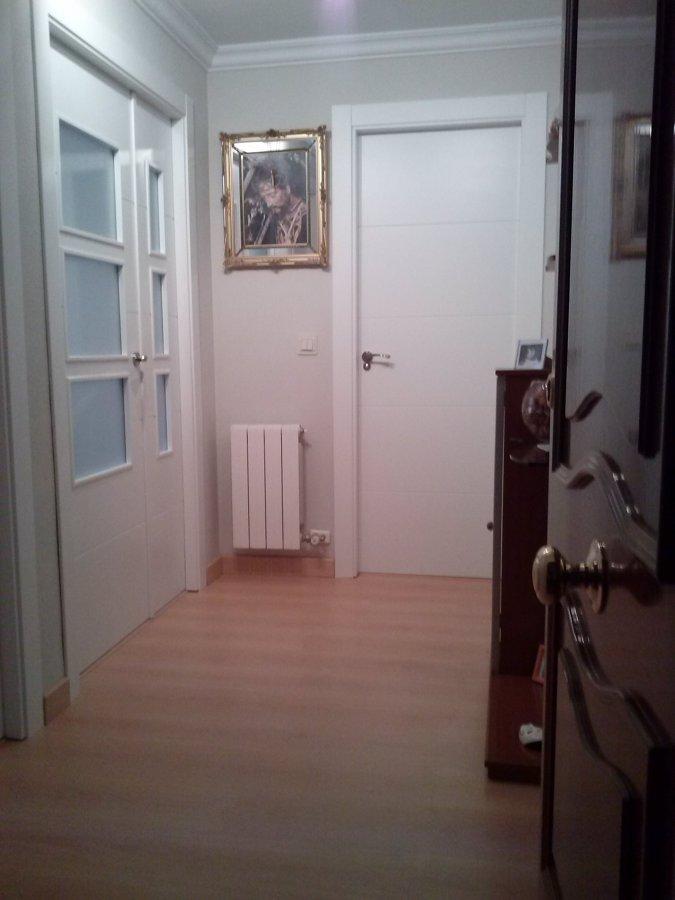 foto puertas blancas con tarima haya de ambientes
