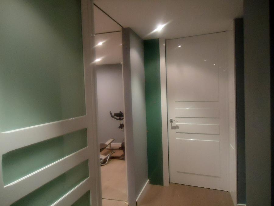 Foto puertas blancas de dimeca g mez s l 307218 for Suelo gris y puertas blancas