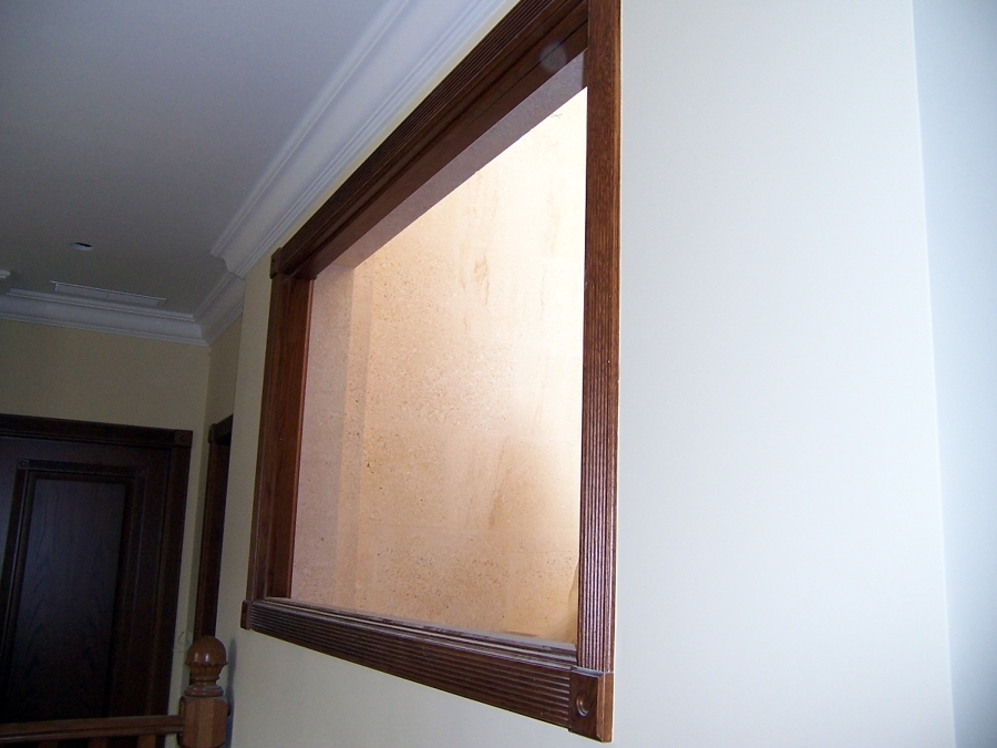 Puertas con marcos forrados con rosetas. Con marco para ventana y ascensor.