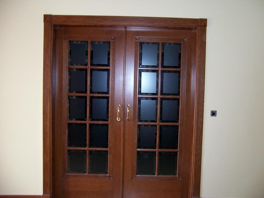 Puertas con marcos forrados con rosetas.