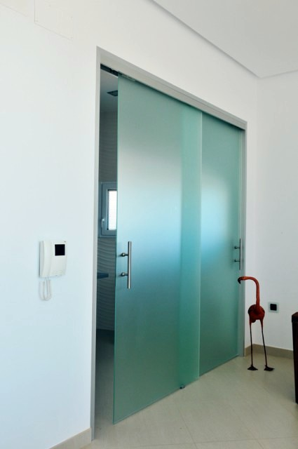 Puerta corredera guia exterior good puerta corredera - Puerta corredera orchidea ...